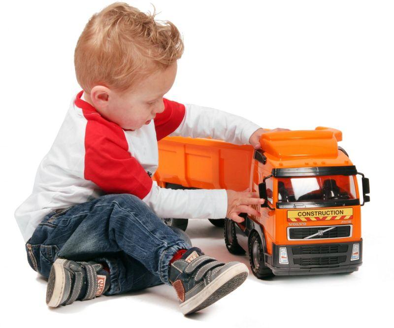 Картинка ребенка с машинками